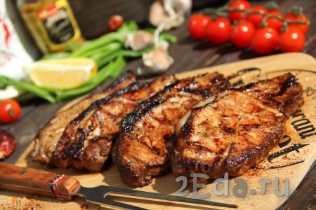 Снимаем готовые свиные стейки с решётки и подаём к столу с любым соусом или гарниром. Шашлык, приготовленный в маринаде с бальзамическим уксусом, получается очень вкусным, сочным и нежным.