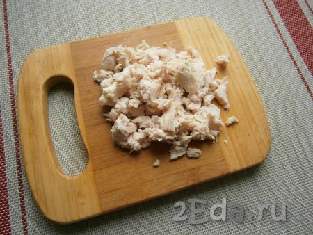 Курицу предварительно отварить в воде в течение 35-40 минут, добавив соль по вкусу. Мясо остудить и отделить от костей (если есть). Нарезать курицу кусочками.