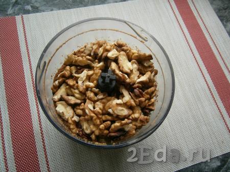 Измельчить печенье до состояния крошки, добавить грецкие орехи.