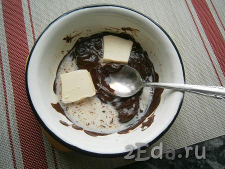 Для приготовления глазури шоколад растопить на водяной бане, добавить сливочное масло и горячее молоко.