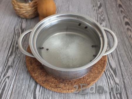 Вначале приготовим рассол, для этого в кастрюлю налейте воду, добавьте соль, сахар и чёрный перец горошком, поставьте на огонь, доведите до кипения и проварите 2-3 минуты. Снимите рассол с огня, полностью охладите.