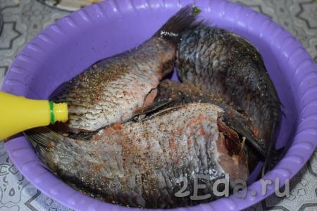 Подготовленную рыбу посолить, поперчить и посыпать специями для рыбы, добавить лимонный сок и хорошо всё втереть в рыбку.