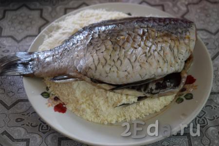 В плоскую тарелку насыпаем муку. Берём рыбёшек и обваливаем их в муке с двух сторон.