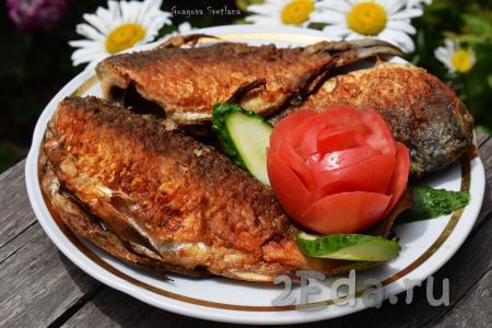 Снимаем со сковороды аппетитнейших, румяных, поджаристых подлещиков и подаём к столу. Жареная рыбка получается сочной внутри с хрустящей корочкой снаружи, что очень вкусно!