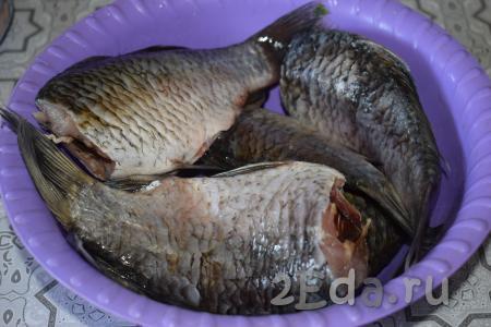 Подлещиков очистить от чешуи, отрезать головы и верхний плавник, выпотрошить внутренности рыбы и промыть её под холодной проточной водой.