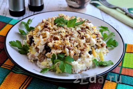 Даём очень вкусному, красивому салату, приготовленному с курицей, грибами, грецкими орехами и сыром, настояться в течение 30 минут, украшаем зеленью и подаём к столу. Уверена, попробовав это блюдо, вам захочется ещё не раз вернуться к этому несложному и удачному рецепту!
