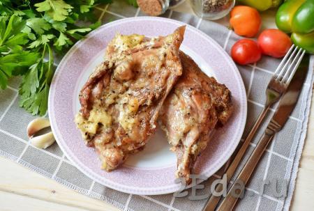 Сочного, вкусного кролика, запечённого с майонезом и чесноком в духовке, подавайте к столу в горячем виде. Можно дополнить любым гарниром по своему вкусу.
