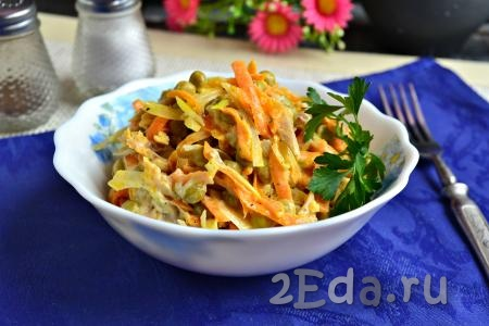 """Простой и очень вкусный салат """"Купеческий"""", приготовленный с курицей, подать к столу, украсив веточкой петрушки или укропа."""