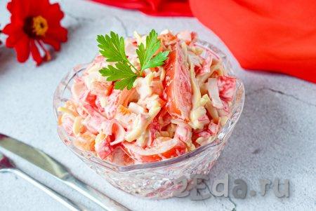 """Сочный, яркий и достаточно сытный салат """"Красное море"""", приготовленный с крабовыми палочками,болгарским перцем, сыром и помидорами, переложите в салатник и сразу подавайте к столу. Это блюдо получается настолько вкусным, что неизменно нравится всем, кто его пробует!"""