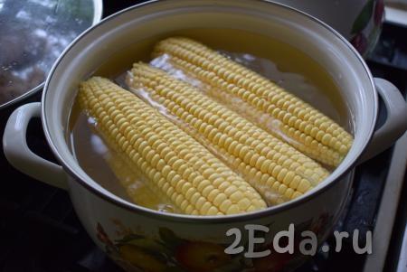 Берем кастрюлю и помещаем в нее подготовленные початки. Наливаем в кастрюлю столько воды, чтобы она полностью покрывала кукурузу.