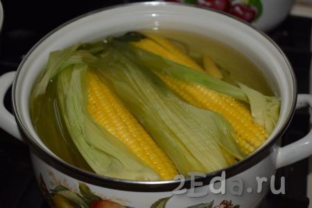 Немного уменьшаем огонь и варим кукурузу под закрытой крышкой. Если у вас молодая кукуруза, то варим ее с момента закипания, примерно, 20 минут. Кукуруза готова тогда, когда её зерна стали мягкими (попробовать зерна на вкус, можно отделив их вилкой от початка). Если початки не очень молодые, то продлеваем время варки до полной готовности (до мягкости зерен).