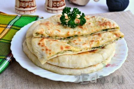 Лепешка с зеленью на горячей сковороде