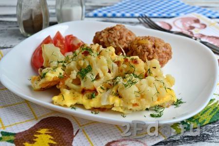 Подать нежную и вкусную жареную с яйцом цветную капусту к столу, посыпав зеленью.