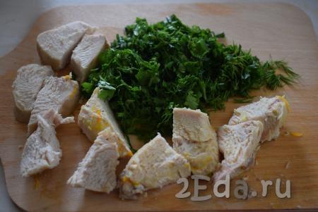 Достаем из супа мясо и делим его на порционные кусочки. Зелень нарезаем мелко.
