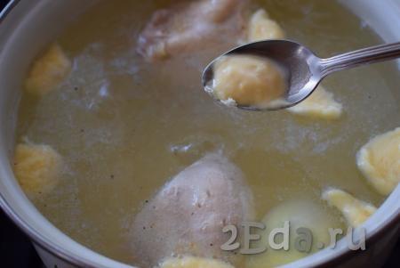 Когда картофель сварится, добавляем в куриный суп по половине чайной ложки теста для галушек, обмакивая ложку каждый раз в кипящий суп (благодаря обмакиванию ложки в суп, тесто будет легко отделяться от ложки).
