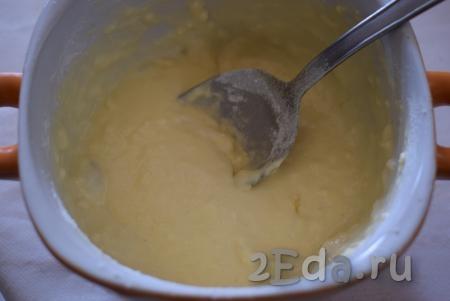 Перемешиваем сметану с яйцом и солью, затем постепенно начинаем вводить муку.