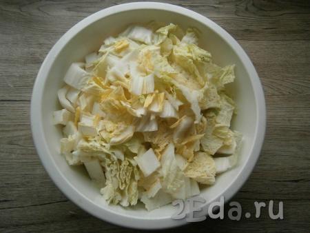 Морковь и чеснок очистить. Пекинскую капусту нарезать средними кусочками, посолить, чуть примять руками.