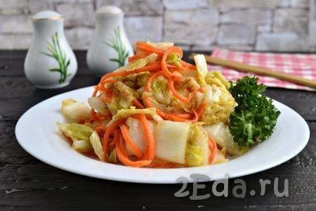 Очень вкусный салат из пекинской капусты, приготовленный по-корейски, переложить в стеклянную тару с крышкой или подать к столу, выложив на тарелку. Хранится такой салат в холодильнике 3-4 суток.