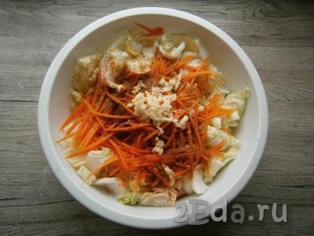 К пекинской капусте добавить натертую на корейской терке морковь, сахар, приправу, красный молотый перец, пропущенный через пресс чеснок.