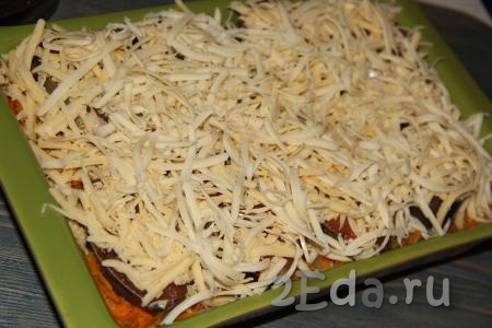 Поверх горбуши выложить сыр, натертый на крупной тёрке.
