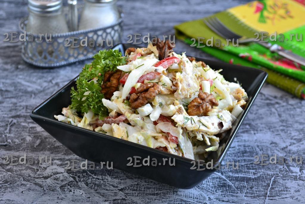Салат из капусты с орехами и курицей